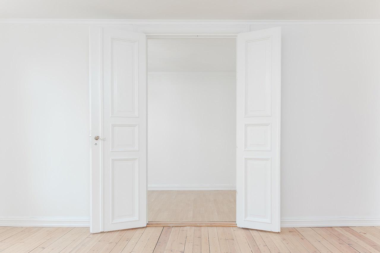 Verniciare Porte Interne Bianche come pulire porte interne bianche in 3 mosse | finmaster